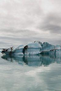 IJslands meer, ijsrotsen in het water
