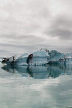 IJslands meer, ijsrotsen in het water  van Malissa Verhoef