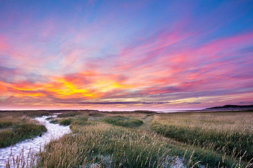 Zonsondergang  Texel in Nederland van Hilda Weges