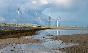 Windturbines gereflecteerd in Oosterschelde water