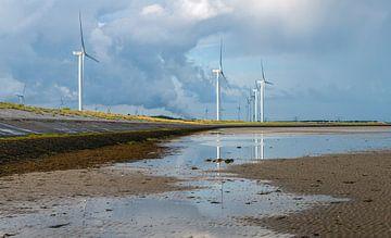 Windturbines gereflecteerd in Oosterschelde water von Ruud Morijn