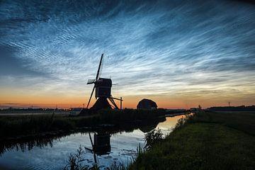 Nuages nocturnes au-dessus d'un moulin dans le paysage hollandais sur Menno van der Haven