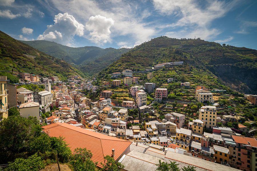 Zicht op Riomaggiore / Cinque Terre van Edwin Mooijaart