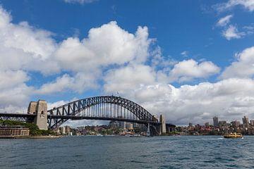 Sydney mit der berühmten Hafenbrücke im Hintergrund von Tjeerd Kruse