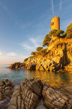 Oude vestingtoren Torre Colomina aan de Costa Brava bij Palamos bij zonsopgang van Robert Ruidl