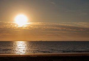 Ondergaande zon boven de Noordzee van Audrey Nijhof