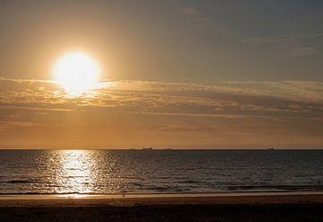 Untergehende Sonne über der Nordsee von Audrey Nijhof