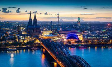 Blauw uur in Keulen van Martin Wasilewski