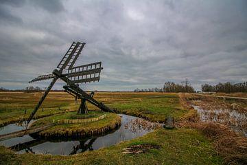 Landschaft in Kalenberg mit einer Tjask (Mühle) und grauem Himmel von Maarten Salverda