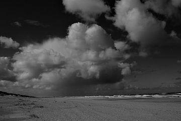 Wolken boven het strand zwart/wit von Henk van der Sloot