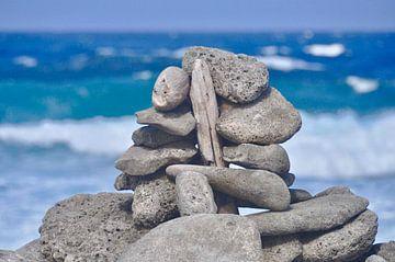 Kunstig gestapelde stenen aan de kust van Bonaire von Myrthe Visser-Wind