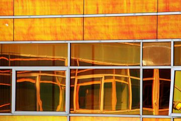 Weerspiegeling in geel van Pauli Langbein