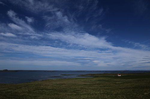 Witte kerk aan zee, Snaefellsnes, IJsland van