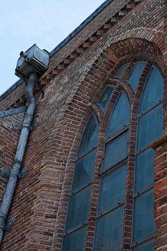 kerk raam met daarnaast een regenpijp van lood van Jeffry Clemens