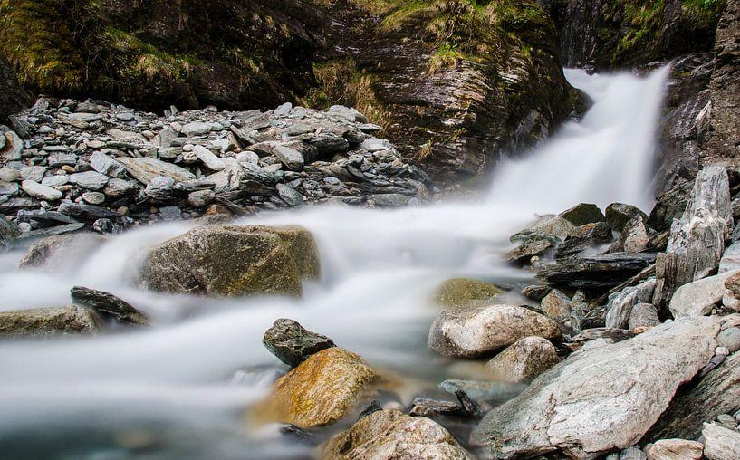 Rivier in de bergen van Cynthia Hasenbos