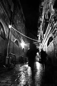 Zwei geheimnisvolle Personensilhouetten, Schwarz-Weiß-Foto. Dunkle, nächtliche Gassen der Altstadt,  von Michael Semenov