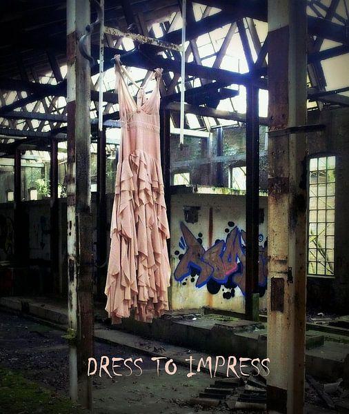 jurk in verlaten urban fabriek met tekst/ Dress to impress van Tineke Bos