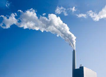 Fabriekspijp met blauwe lucht van Nathalie van der Klei
