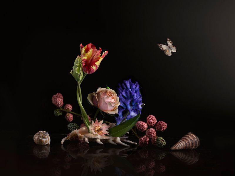 Love is in the shell Bloemstilleven van Sander Van Laar