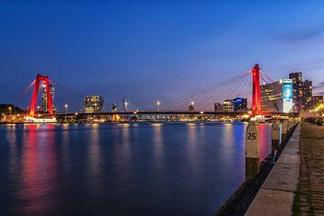 Willemsbrug Rotterdam in het blauwe uur von Ilya Korzelius
