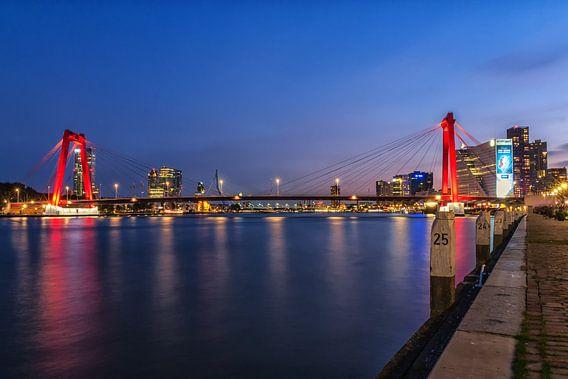 Willemsbrug Rotterdam in het blauwe uur