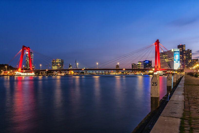 Willemsbrug Rotterdam in het blauwe uur van Ilya Korzelius