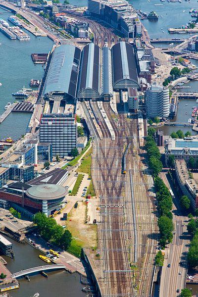 Sporen Amsterdam Centraal Station vanuit de lucht gezien