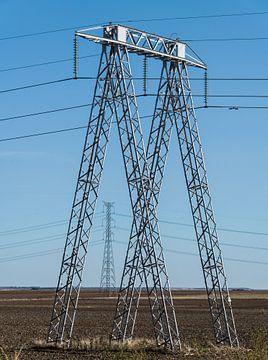 Strommasten in der Landschaft und ein strahlend blauer Himmel von Harrie Muis