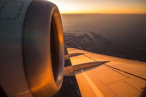 KLM Fokker 70 boven de Maasvlakte.  van Dennis Dieleman