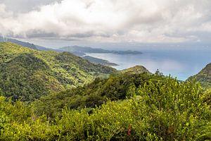Panoramablick auf die Küstenlandschaft auf der Seychelleninsel Mahé