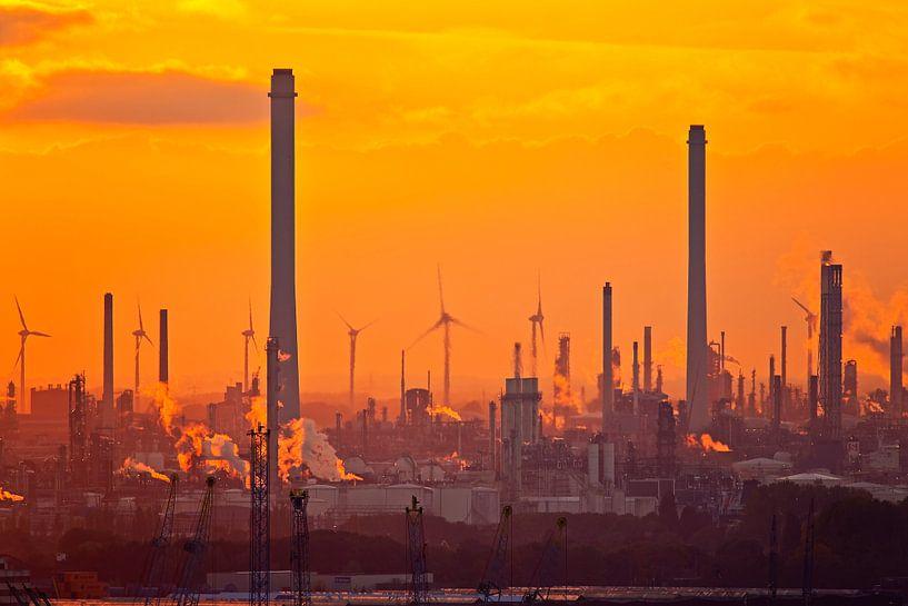 Shell tijdens zonsondergang in de Rotterdamse haven van Anton de Zeeuw