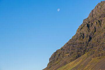 Maan boven een berg ergens in IJsland