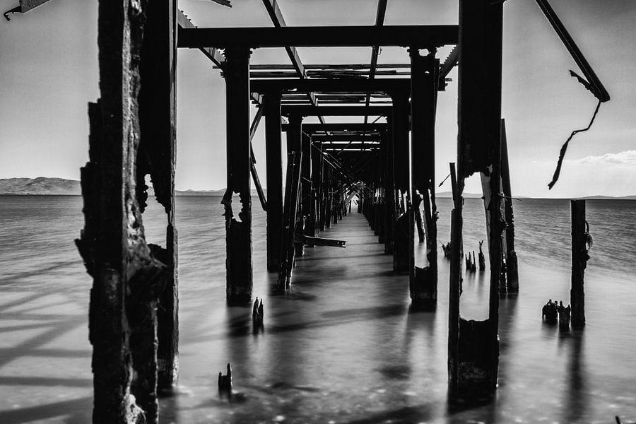 oude steiger uitlopend in zee