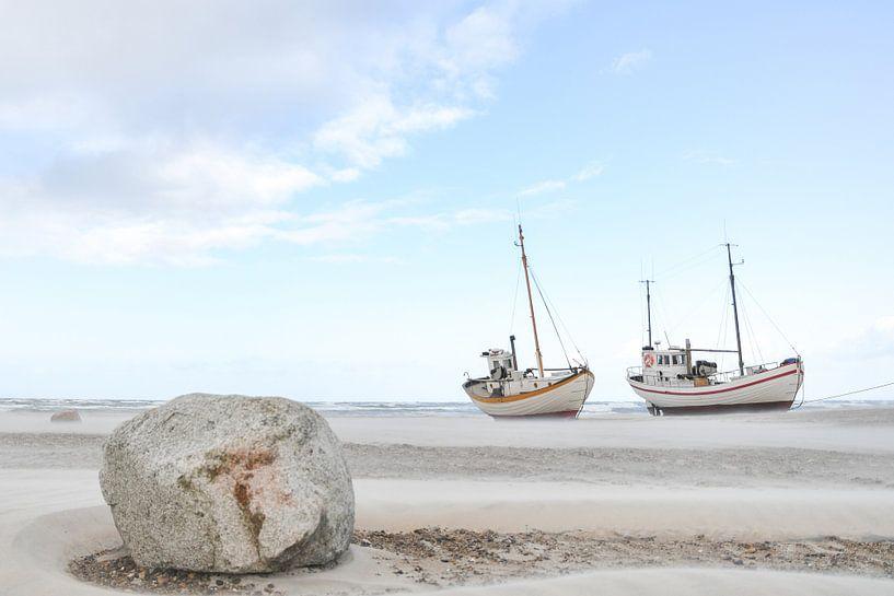 Bateaux sur la plage sur MdeJong Fotografie