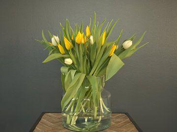 Junger Frühlingsstrauss mit gelben und weissen Tulpen in der Knospe von Atelier Liesjes