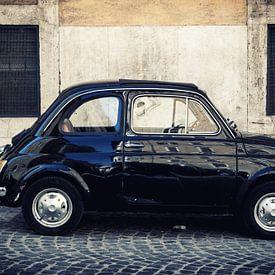 Oldtimers: Een zwarte FIAT 500 (cinquecento)  in Rome, Italië. von WWC Fine Art Photography