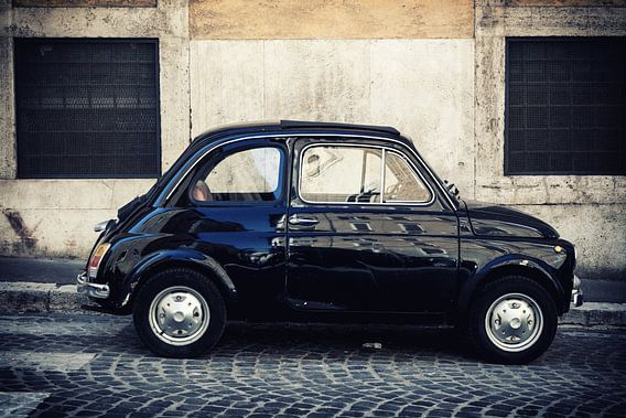 Oldtimers: Een zwarte FIAT 500 (cinquecento)  in Rome, Italië.