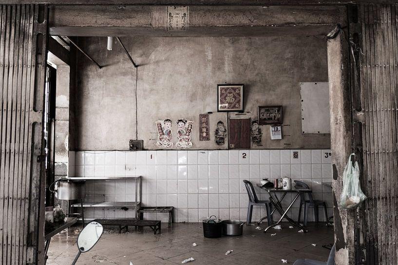 Een verlaten restaurant in Phnom Penh van Robin Evers