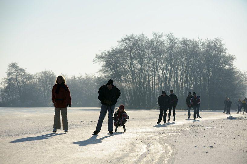 Schaatsers op de Nieuwkoopse Plassen van Merijn van der Vliet