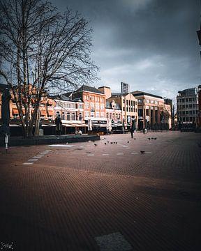 alleen nog maar een paar mensen op het drukste plein van de stad van Sabine Brederode Photography