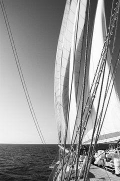 Vergezicht vanaf een grote zeilboot van Robin Scholte