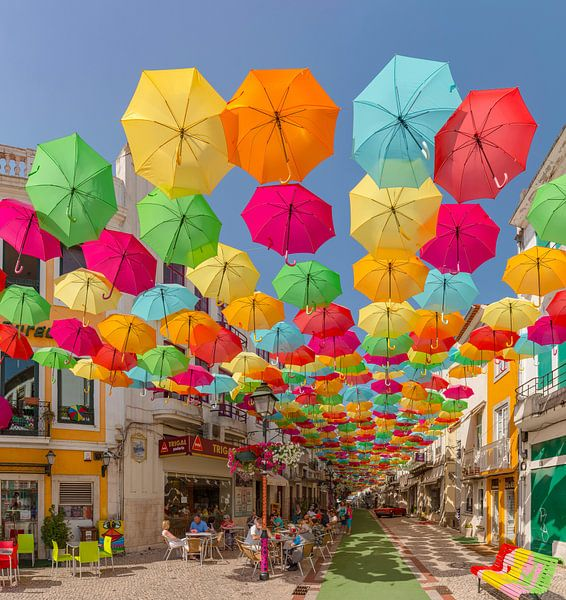 Umbrella Sky Project,  straat vol met gekleurde paraplu's, Águeda, Beira Litoral, Portugal van Rene van der Meer