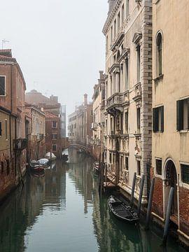 Historische gebouwen en het kanaal in de oude stad van Venetië, Italië van Rico Ködder