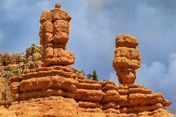 Bryce Canyon ansicht mit zwei bunten Säulen von