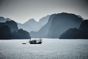 Fischerboot in der Ha Long Bucht von Karel Ham