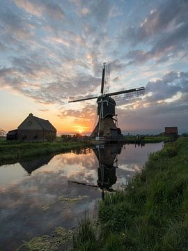 """De """"Middelste molen"""" van Cabauw op de vroege zondagmorgen van Daniel Van der Brug"""