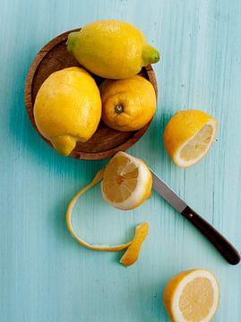 Zitronen auf Blau von Rose Mentink
