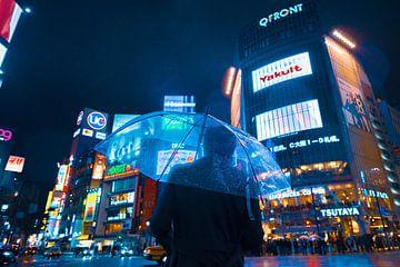 Shibuya Crossing in Tokyo, Japan van Tom Rijpert