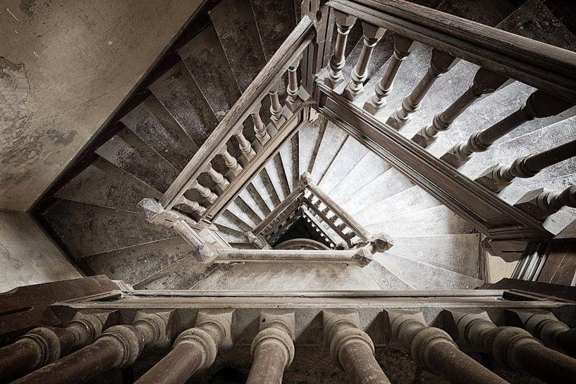 Staircase in abandoned villa von Alain Busschaert