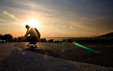 Prachtige foto longboarder met zonsondergang  sur Joas Folkertsma
